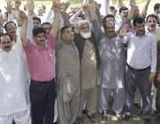 لاہور: ضلع کچہری میں کلرک وکلاء کے خلاف احتجاج کر رہے ہیں۔