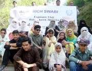 صوابی: سیاحتی دورے پر آئے طلبہ کا گروپ فوٹو۔