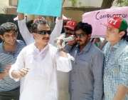 حیدر آباد: پی ٹی آئی کے رہنما حلیم عادل شیخ سندھ پبلک سروس کمیشن کے دفتر ..