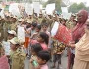 لاہور: کوٹ عبدالمالک مقامی سکول کے بچے قبصہ گروپ کے خلاف احتجاج کر رہے ..