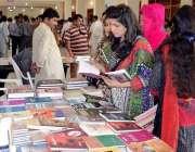 حیدر آباد: مقامی کلب میں منعقدہ لٹریچر فیسٹیول میں خواتین بک اسٹال ..