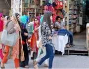راولپنڈی: ٹیکسٹ بک کی کمی کے باعث طالبات اردو بازار میں کتابوں کی تلاش ..