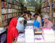 راولپنڈی: ٹیکسٹ بک کی کمی کے باعث والدین اردوا بازار میں کتابیں خرید ..