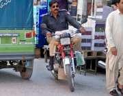راولپنڈی: ایک پولیس اہلکار بغیر ہیلمٹ ون وے پر موٹر سائیکل چلا رہا ہے۔