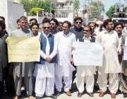 پشاور: خیبر یونین آف خیبر کے ایم ڈی کے خلاف پشاور پریس کلب کے سامنے احتجاجی ..