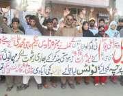 لاہور: سبزہ زار کے رہائشی اقبال ٹاؤن ٹی ایم او عملے کے خلاف احتجاجی ..