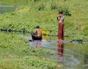 راولپنڈی: گرمی کی شدت کے باعث شہری ندی میں نہار ہے ہیں۔
