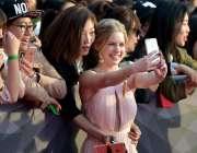 بیجنگ: ایک اداکارہ چھٹے انٹرنیشنل فلم فیسٹیول کے موقع پر اپنے مداحوں ..