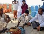 جامشورہ: ایک سپیرا شہریوں کو سانپ کا کھیل دکھا رہا ہے۔