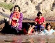 لاہور: گرمی کی شدت کم کرنے کے لیے بچے نہر میں نہا رہے ہیں۔