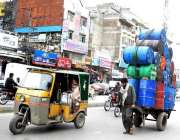راولپنڈی: ایک مزدور کیمیکل کے ڈرم ریڑھے پر لادھے لیجا رہا ہے جو کسی ..