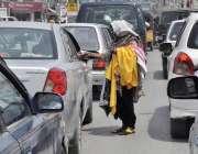راولپنڈی: ایک معمر خاتون جی پی او چوک میں بند سگنل پر رکنے والی گاڑیوں ..