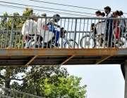 اسلام آباد: ٹریفک پولیس کی نا اہلی ، موٹر سائیکل پل سے گزر رہے ہیں ایک ..