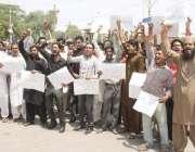 لاہور: محکمہ بہبود پنجاب کے ملازمین اپنے مطالبات کے حق میں احتجاج کر ..