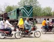 لاہور: ویٹ مین روڈ پر ریلوے ٹریک پر پھاٹک موجود نہیں ہے جس کے باعث کوئی ..