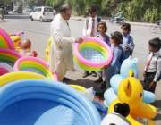 لاہور: سکول سے چھٹی کے بعد بچے سڑک کنارے سجی دکان سے پلاسٹک کے ٹب دیکھ ..