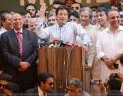 لاہور: تحریک انصاف کے سربراہ عمران خان چیئرمین سیکرٹریٹ میں کارکنوں ..