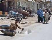 کوئٹہ: سبزل روڈ پر ایک شخص ہاتھ ریڑھی کی مرمت میں مصروف ہے۔