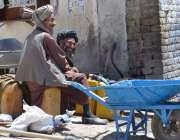 کوئٹہ: سبزل روڈ پر افغان مہاجری پانی کے انتظار میں بیٹھے ہیں۔
