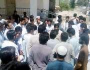 پشاور: فاٹا سے تعلق رکھنے والے طلبہ فاٹا سیکرٹریٹ کے سامنے احتجاجی ..