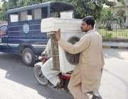 لاہور: صوبائی دارالحکومت میں شدید گرمی کے باعث شہری موٹر سائیکل پر ..
