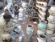 لاہور: لوہا مارکیٹ میں مزدور ٹیوب ویلز کی ٹی کو پینٹ کر رہے ہیں۔