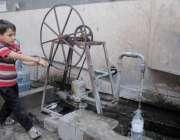 راولپنڈی: ایک کمسن بچہ ہینڈ پمپ سے پانی نکال رہا ہے۔