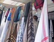 راولپنڈی: گرمی کی شدت میں اضافے کے باعث سر ڈھانپنے والے رومال اور کپڑوں ..