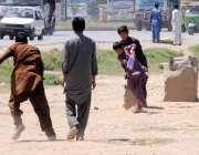 راولپنڈی: افغان بچے کرکٹ کھیل رہے ہیں۔