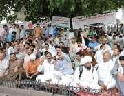 لاہور: ایپکا ملازمین اپنے مطالبات کے حق میں فیصل چوک میں احتجاجی دھرنا ..