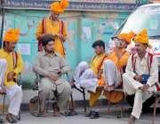 راولپنڈی: مری روڈ پر بیٹھے ڈھولچی کام نہ ہونے کے باعث گپ شپ میں مصروف ..