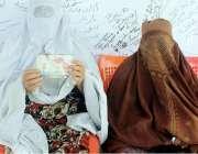 پشاور: سوروزائی کی رہائشی خاتون حمیدہ بی بی اپنے لا پتہ بیٹے کے حوالے ..