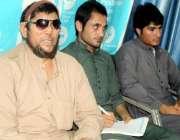 پشاور: خیبر ایجنسی کا رہائشی نیاز بہادر اپنے دیگر ساتھیوں کے ہمراہ ..