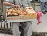 لاہور: فیصل چوک میں ایپکا ملازمین کے احتجاج کے موقع پر ایک محنت کش کھانے ..