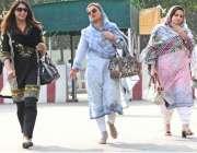 لاہور: پنجاب اسمبلی کے اجلاس کے موقع پر خواتین اراکین پروین مانیکا، ..