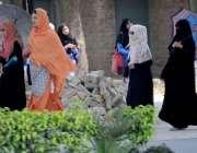 راولپنڈی: دھوپ سے بچنے کے لیے طالبات چھتری تھامے سکستھ روڈ سے گزر رہی ..
