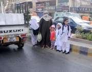 راولپنڈی: پیدل چلنے والوں کے لیے پل نہ ہونے کے باعث ایک خاتون بچوں کو ..