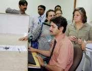 لاہور: ورلڈ بینک مشن کا وفد لاہور کے فرد اراضی سنٹر کا دورہ کر رہے ہیں۔