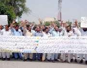 پشاور: آل فاٹا(EPI) ٹیکنیشن کے ملازمین اپنے مطالبات کے حق میں احتجاجی ..
