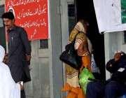 راولپنڈی: ڈی ایچ کیو ہسپتال میں سیکیورٹی کا منظر، مریضوں سے تعاون کی ..