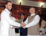 پشاور: صوبائی وزیر کھیل محمود خان آسٹریلین کرکٹر فواد خان کو شیلڈ پیش ..