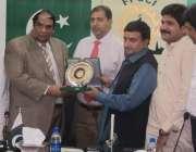 لاہور: سارک چیمبر کے نائب صدر افتخار علی ملک اور ایف پی سی سی آئی کی ..