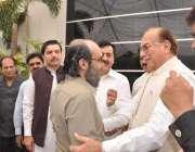 لاہور: پیپلز پارٹی کے رہنما منظور احمد وٹو گیلانی ہاؤس میں علی حیدر ..
