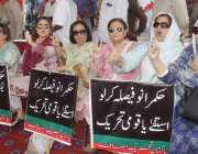 لاہور: پنجاب اسمبلی کے سامنے کرپشن کے خلاف احتجاجی کیمپ میں تحریک انصاف ..