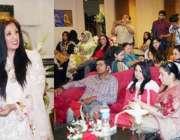 لاہور: صوبائی وزیر محنت راجہ اشفاق سرور کو اپنی کتاب کی تقریب رونمائی ..