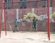 لاہور: مقامی پارک میں بچے دوپہر کے وقت شدید دھوپ میں جھولا جھول رہے ..
