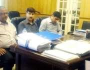 لاہور: سیکرٹری سپلائزڈ ہیلتھ کیئر اینڈ میڈیکل ایجوکیشن نجم احمد شاہ ..