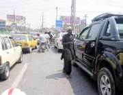 راولپنڈی: مری روڈ پر ٹریفک جام کے دوران ایک بھکاری بھیک مانگ رہا ہے۔