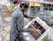 راولپنڈی: ایک کاریگر روم کولر مرمت کرنے میں مصروف ہے۔