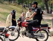 اسلام آباد: ایک پولیس اہلکار بغیر ہیلمٹ موٹر سائیکل چلا رہا ہے۔